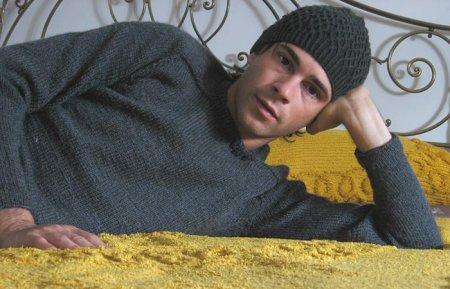 Betta: Federico indossa Shedir (Jenna Wilson) e Shirt Yoke Sweater di Elizabeth Zimmermann